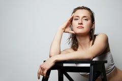Piękno portret śliczna młoda toples kobieta z naturalnym makeup nad białym tłem Kosmetologia i reklama obrazy royalty free