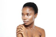 Piękno portret afro amerykańska kobieta patrzeje daleko od Obrazy Stock