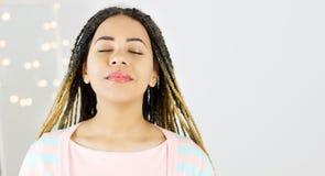 Piękno portret amerykanin afrykańskiego pochodzenia kobieta z afro fryzurą z zakończeń oczami i splendoru makeup fotografia stock