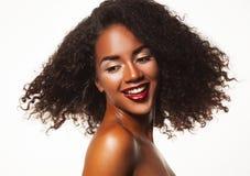 Piękno portret amerykanin afrykańskiego pochodzenia kobieta z afro fryzury i splendoru makeup obrazy stock