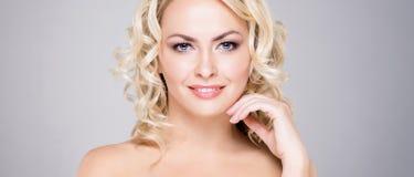 Piękno portret atrakcyjna blond kobieta z kędzierzawym włosy i piękną fryzurą Makeup i kosmetyka pojęcie Obrazy Royalty Free
