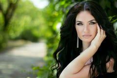 Piękno portret brunetka modela kobieta pozuje na natury backgro obraz royalty free