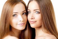 Piękno portret dwa pięknej młodej kobiety Zdjęcia Royalty Free