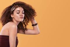 Piękno portret dziewczyna z afro fryzurą Dziewczyna pozuje na żółtym tle, ono uśmiecha się piękny taniec para strzału kobiety pra Obrazy Stock