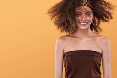 Piękno portret dziewczyna z afro fryzurą Dziewczyna pozuje na żółtym tle, patrzejący kamerę, ono uśmiecha się piękny taniec para  Zdjęcia Royalty Free