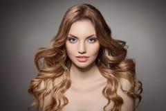 Piękno portret. Kędzierzawy Długie Włosy Zdjęcie Royalty Free