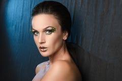 Piękno portret kobieta na tło tkaninie, błękitny backlight zdjęcie royalty free