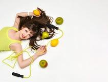 Piękno portret kobieta otaczająca owoc i omija linowy lying on the beach na podłodze fotografia royalty free