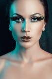 Piękno portret kobieta z sfałszowane duże zielone rzęsy upierza Zdjęcie Royalty Free