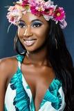 Piękno portret młoda afrykańska dziewczyna jest ubranym kwiat girlandę fotografia stock
