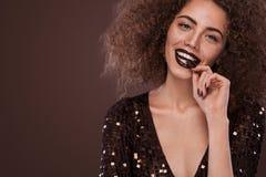 Piękno portret młoda amerykanin afrykańskiego pochodzenia dziewczyna z afro czekoladą i fryzurą Dziewczyna pozuje na brown tle Fotografia Royalty Free