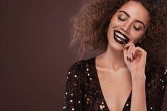 Piękno portret młoda amerykanin afrykańskiego pochodzenia dziewczyna z afro czekoladą i fryzurą Dziewczyna pozuje na brown tle Obraz Stock