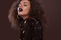Piękno portret młoda amerykanin afrykańskiego pochodzenia dziewczyna z afro czekoladą i fryzurą Dziewczyna pozuje na brown tle Obraz Royalty Free
