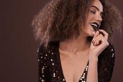 Piękno portret młoda amerykanin afrykańskiego pochodzenia dziewczyna z afro czekoladą i fryzurą Dziewczyna pozuje na brown tle Zdjęcia Royalty Free