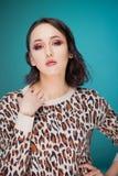 Piękno portret młoda atrakcyjna kobieta w pulowerze zdjęcia royalty free