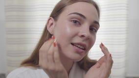 Piękno portret młoda kobieta z gładką zdrową skórą, delikatnie dotyka jej twarz z ona palce ?liczna dziewczyna z zbiory