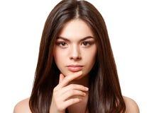 Piękno portret młoda piękna brunetki dziewczyna z brązów oczami i prosto tęsk płynący włosy odizolowywającego na białym tle obraz stock