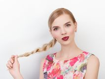 Piękno portret młoda rozochocona młoda świeża przyglądająca kobieta z jaskrawy modnym uzupełniał blond zdrowego włosianego warkoc Fotografia Stock