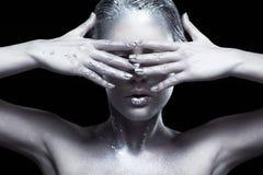 Piękno portret młoda wspaniała kobieta Kobieta z ręką blisko f Fotografia Stock
