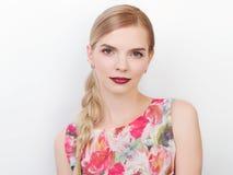 Piękno portret młody piękny rozochocony młody świeży przyglądający model z jaskrawy modnym uzupełniał blond zdrowego włosianego w Fotografia Royalty Free