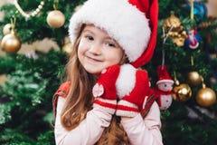 Piękno portret mała dziewczynka w czerwonym kapeluszu Zdjęcia Royalty Free