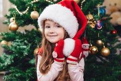 Piękno portret mała dziewczynka w czerwonym kapeluszu Fotografia Royalty Free