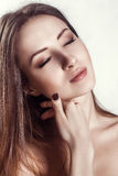 Piękno portret. Piękna zdrój kobieta Dotyka jej twarz. zdjęcie royalty free