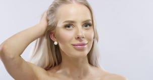 Piękno portret uśmiechnięta blondynki kobieta w fachowym studiu zbiory wideo