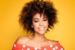 Piękno portret uśmiechnięta dziewczyna z afro Zdjęcia Stock