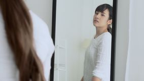 Piękno portreta azjatykciej kobiety uśmiechnięty spojrzenie przy lustrem sprawdzać skóry caucasian z wellness, pięknej dziewczyny zbiory wideo