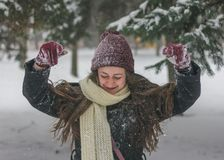 Piękno Radosna Nastoletnia Wzorcowa dziewczyna ma zabawę w zima parku Fotografia Royalty Free