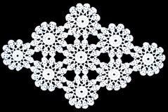 Piękno romboidu koronki biały tablecloth odizolowywający na czarnym tle, okręgu wzór Obraz Stock