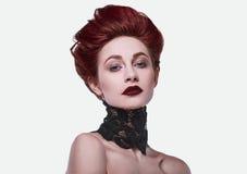 Piękno rudzielec elegancka kobieta z fryzurą i być ubranym kolii biżuterię Obrazy Royalty Free