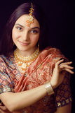 Piękno słodka indyjska dziewczyna w sari ono uśmiecha się Fotografia Stock
