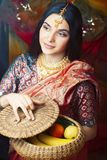 Pi?kno s?odka istna indyjska dziewczyna w sari ono u?miecha si? rozochocony, bi?uterii ja?nienie, styl ?ycia poj?cia ludzie zdjęcia stock