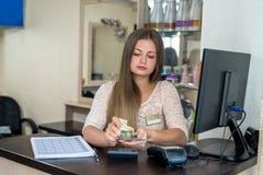 Piękno salonu administrator tłumaczy dolary obrazy royalty free