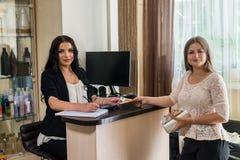 Piękno salonu klient z euro i administrator zdjęcia royalty free