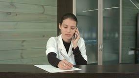 Piękno salonu recepcjonisty odpowiadania klienci pytania nad telefonem zbiory wideo