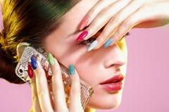 Piękno strzał jest ubranym kolorowego gwoździa połysk model Zdjęcia Royalty Free