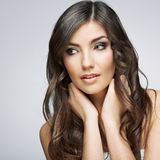 Piękno stylu twarzy portret młodej kobiety przyglądająca strona Zdjęcia Stock