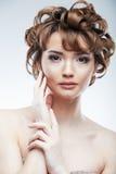 Piękno stylu zakończenie w górę portreta młoda kobieta na bielu Zdjęcia Royalty Free