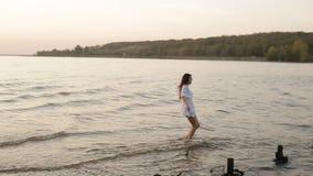 Piękno szczęśliwa uśmiechnięta kobieta przy morzem przy zmierzchu zwolnionym tempem zdjęcie wideo