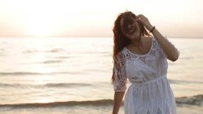 Piękno szczęśliwa uśmiechnięta kobieta przy morzem przy zmierzchu zwolnionym tempem zbiory