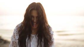 Piękno szczęśliwa uśmiechnięta kobieta przy morzem przy zmierzchu zwolnionym tempem zbiory wideo