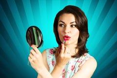 Piękno szpilki uśmiechnięta dziewczyna patrzeje w lustrze Obrazy Stock