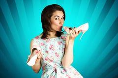 Piękno szpilki uśmiechnięta dziewczyna z butami na błękitnym tle Obrazy Royalty Free