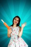 Piękno szpilki uśmiechnięta dziewczyna z wałkownicą Obrazy Stock