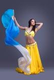 Piękno tancerz w żółtym kostiumowym tanu z fantail Obrazy Stock