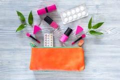 Piękno torba z kosmetykami, antykoncepcyjny i pigułkami na drewnianym stołowym tło odgórnego widoku copyspace, Obrazy Stock