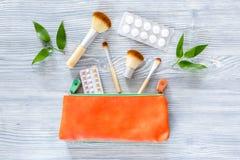 Piękno torba z kosmetykami, antykoncepcyjny i pigułkami na drewnianym stołowym tło odgórnego widoku copyspace, Zdjęcia Royalty Free